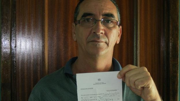 El disidente Ubernel Cruz Álvarez muestra una citación de la PNR por sus actividades en Cuba (Cortesía)