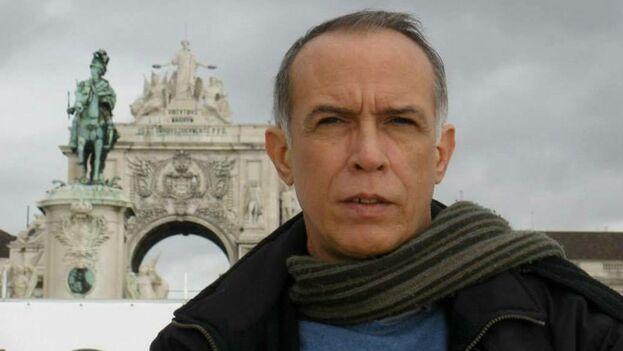 Arcos es profesor adjunto de la Universidad Nacional de Río Negro, en San Carlos de Bariloche, Argentina, donde imparte las materias de literatura española y latinoamericana.