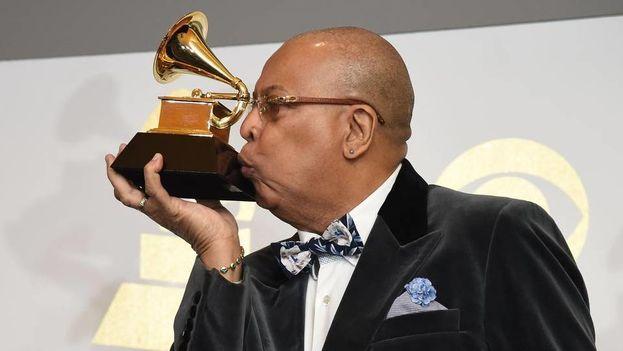 Chucho Valdés besa su sexto premio Grammy, logrado anoche por su 'Tributo a Irakere'. (Grammy Awards)