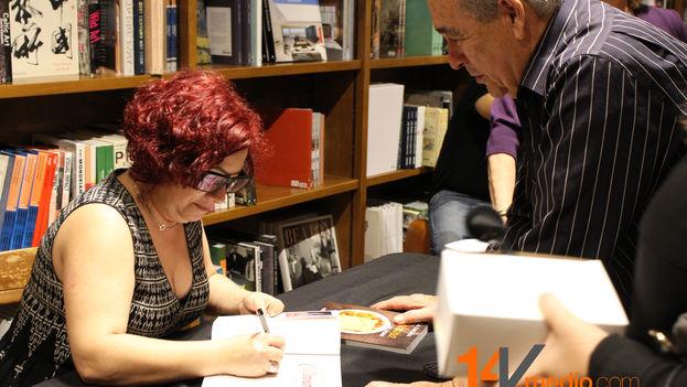 Verónica Cervera firma uno de sus libros durante la presentación este sábado en la librería Books & Books de Coral Gables, Miami. (14ymedio)