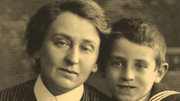 El escritor ruso Vasili Grossman de niño junto a su madre, Ekaterina Savelyevna (www.world-war.ru)