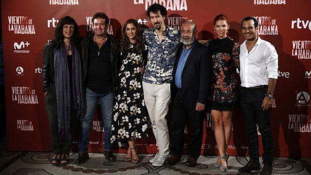 El director de 'Vientos de La Habana', Félix Viscarret junto a la productora de la película, Mariela Besuiesk, y los actores Jorge Perugorría, Mariam Hernández, Juana Acosta y Carlos Enrique Almirante y el escritor Leonardo Padura. (EFE)