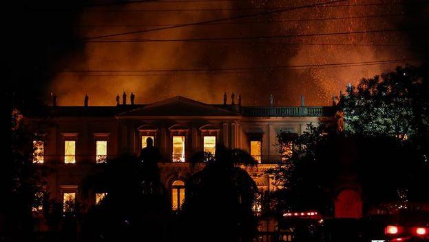 Vista general del Museo Nacional de Río de Janeiro al que las llamas consumen desde la tarde del domingo. (EFE/Marcelo Sayão)