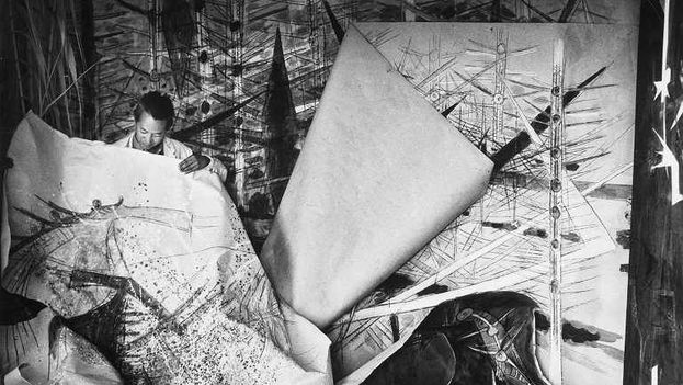 Wifredo Lam ante una de sus obras de la serie Brousses en su taller de Albissola, 1963. (Museo Reina Sofia)