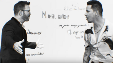 Willy Chirino y Leoni Torres, en un momento del videoclip de 'Para mi viejo'. (Captura)