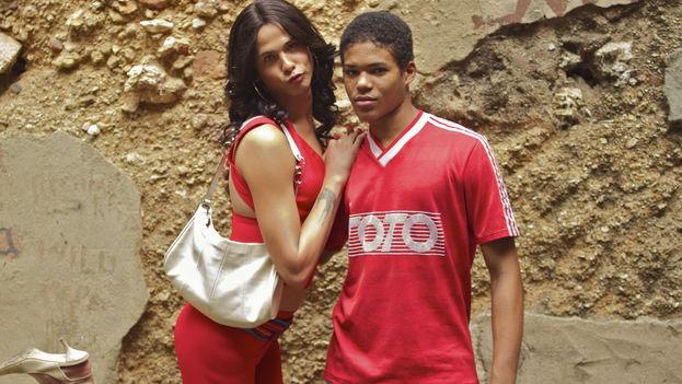 Yunisleidy ayuda a Reinaldo a conseguir un carné falso para que pueda trabajar. (Fotograma/Filmax)