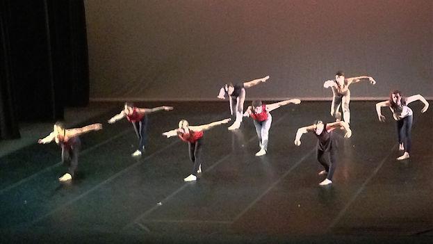 La compañía Zenon Dance durante su presentación este sábado en el Teatro Martí, La Habana (14ymedio)