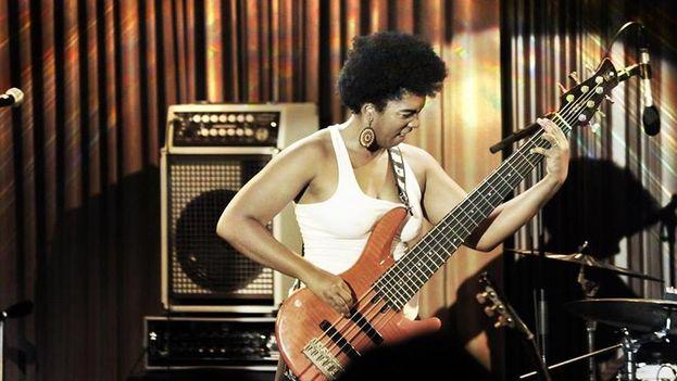 La artista cubana toca guitarra, bajo, piano, tres y a veces cajón flamenco. (Facebook)