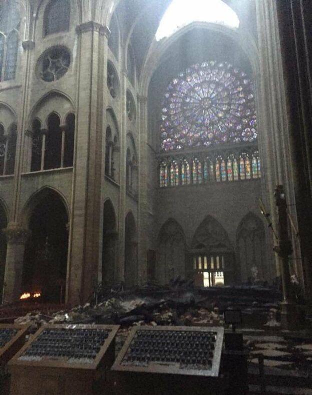 A pesar de la destrucción que se ve en el interior y que muchas vidrieras se han perdido por las altas temperaturas, el rosetón sur, del siglo XIII, ha podido salvarse.