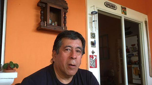 El director Jorge Dalton en su casa de San Salvador. (14ymedio)