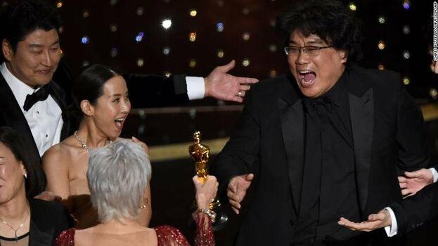 El director de 'Parasitos', Bong Joon-ho, recoge el premio a su película, gran triunfadora de la noche.