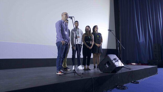 El director presentó la película rodeado de sus actores este sábado en La Rampa. (14ymedio)