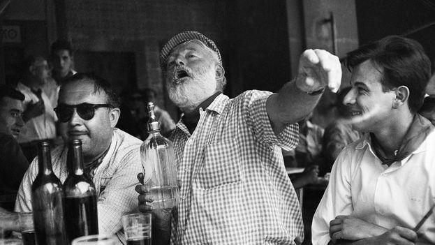 Uno de los escenarios habaneros de Hemingway es el bar Floridita, donde el premio Nobel se acodaba a beber daiquiris. (Archivo)