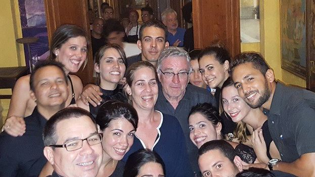El actor estadounidense Robert de Niro en el restaurante habanero La Guarida. (Facebook)