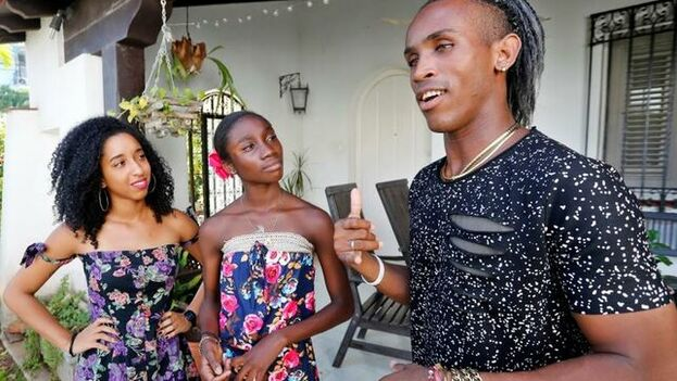 En recorridos de apenas cinco y siete minutos, los vídeos logran encapsular la extraordinaria riqueza visual y el colorido de la Cuba sin maquillar que aparece en 'Guava Island'. (EFE)