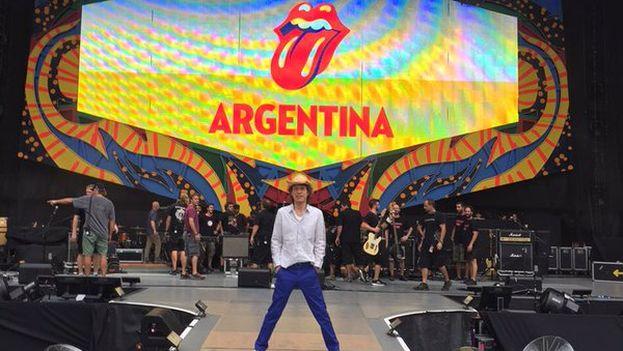 """El líder de la banda publicó esta fotografía en twitter con un mensaje en español: """"Recorriendo el escenario para el show de hoy. ¡No puedo esperar a verlos, Argentina!"""". (@MickJagger)"""