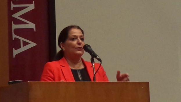 """""""No hay igualdad social en la dictadura"""", afirmó la editora del libro, Marlene Azor . (Captura)"""