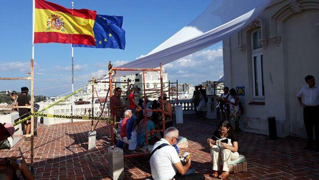 La instalación artística ha tomado los espacios interiores y exteriores de la embajada, un palacete situado en La Habana Vieja. (14ymedio)