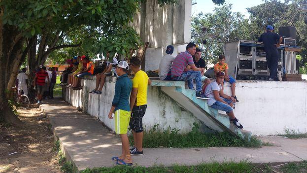Un grupo de jóvenes espera el inicio del concierto de La Conchita. (Ricardo Fernández)