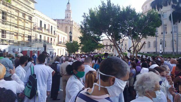 Era nutrido el contingente de sanitarios congregado a las afueras del Capitolio. (14ymedio)
