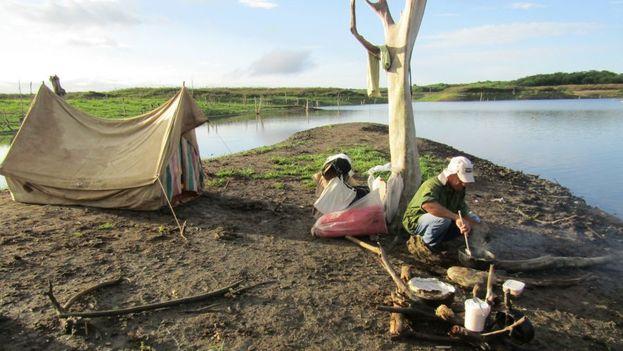 La bajada del nivel del agua ha permitido que salgan a la luz estos restos arqueológicos. (Escambray/Orlando Álvarez)