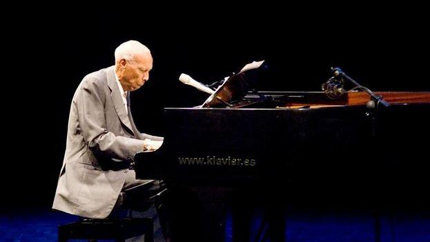 El pianista cubano Bebo Valdés durante una actuación. (EFE/Archivo)