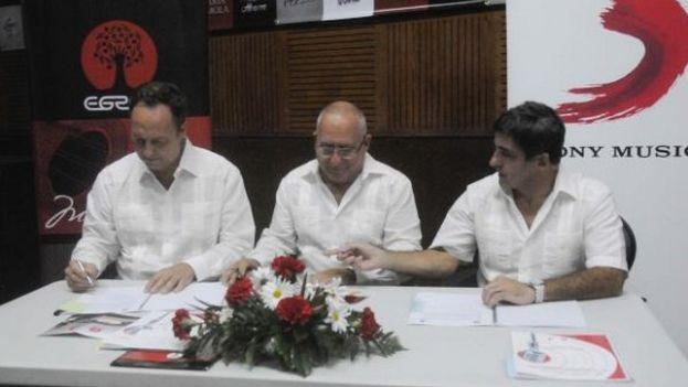 Los representantes de Sony y EGREM firmaron este miércoles el acuerdo por el que la multinacional representará internacionalmente el catálogo del sello cubano. (EFE)