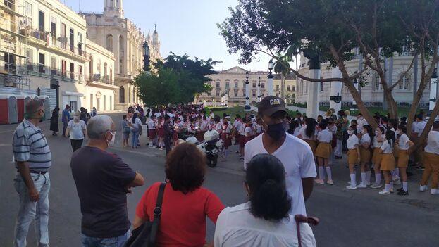 Las secundarias fueron de los primeros grupos en pasar al Capitolio, al homenaje a Eusebio Leal. (14ymedio)