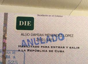 El sello de denegación de entrada en el pasaporte del artista.