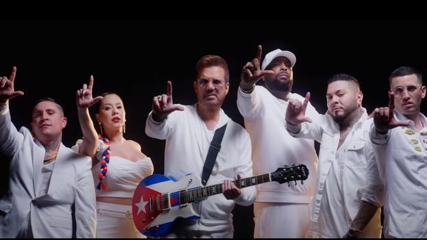 Los seis artistas aparecen vestidos de un blanco impoluto y simbólico que solo rompe la guitarra de Chirino, con la bandera cubana estampada, y la trenza de Srta Dayana, con los colores de la enseña nacional. (Captura)