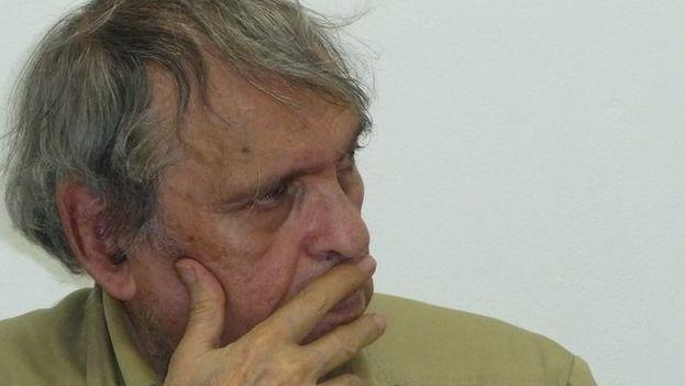 El poeta venezolano Rafael Cadenas tuvo noticia del galardón este martes