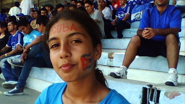 Aficionada al fútbol con los colores nacionales pintados. (14ymedio)