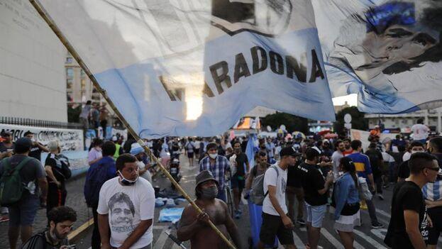 Agrupaciones como Pueblo Maradoniano, Comando Maradona y'La Diego Maradona convocaron a una movilización al mítico Obelisco de Buenos Aires para exigir Justicia tras la muerte de su ídolo. (EFE)