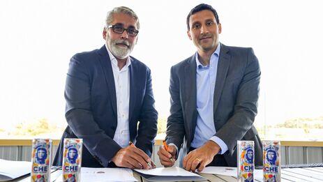 Alexis Ferreiro y Fabrice Bocquet en la firma del contrato por dos años que une al equipo con la marca de bebida energética. (FCL)