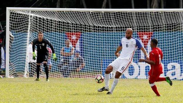 El jugador norteamericano John Brooks (c), disputa el balón con el cubano Alberto Gómez (d) y el portero de Estados Unidos Ethan Horvath (i), este 7 de octubre de 2016, durante el partido amistoso entre Cuba y Estados Unidos, donde los visitantes ganaron dos goles a cero. (EFE)