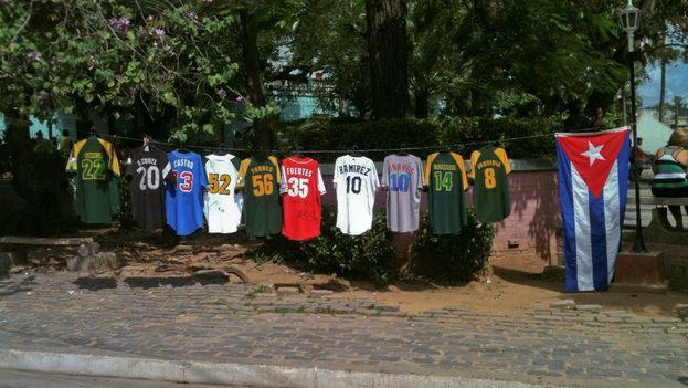 Camisetas de peloteros pinareños de Grandes Ligas y de Serie Nacionales expuestas por un aficionado en el parque del Bosque. (14ymedio)