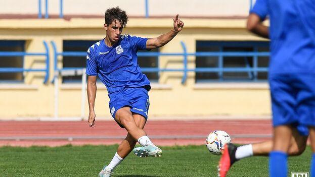 Carlos Vázquez, hispano-cubano nacido en el Vedado habanero y jugador en el Alcorcón (España), está convocado por Cuba en una decisión histórica. (@cavafe2599)