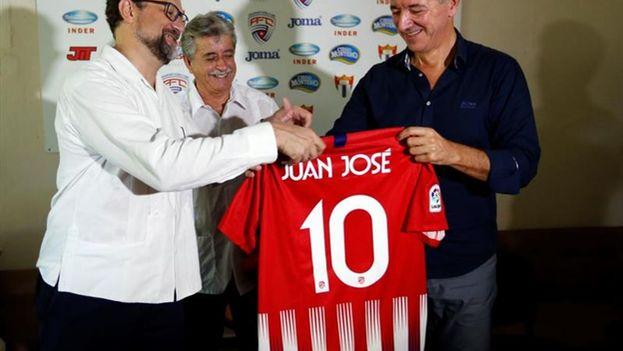 El consejero delegado del Club Atlético de Madrid, Miguel Ángel Gil Marín, entrega una camiseta del Club al embajador de España en Cuba, Juan Jose Buitrago, junto al comisionado nacional de Fútbol en Cuba, Luis Hernández. (EFE)