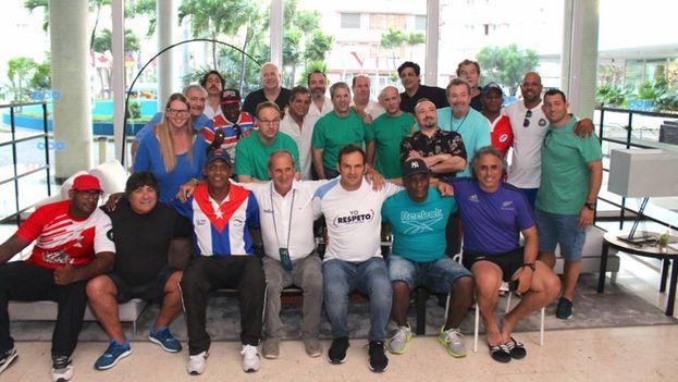 Reunión previa al partido jugado en el Combinado Deportivo Eduardo Sabory entre representantes de los equipos y la Fundación Rugby sin Fronteras. (Facebook)
