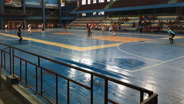 Copa Giraldilla de Fúbol Sala femenino: poco público y muchas goteras. (14ymedio)