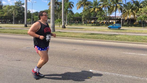 Un corredor extranjero participa este domingo en la competencia Marabana en la capital cubana. (14ymedio)