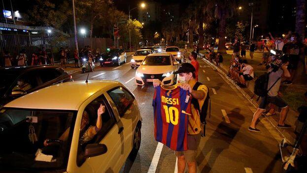 Decenas de personas participaron en una concentración frente a las oficinas del Camp Nou pidiendo la dimisión del presidente del Fútbol Club Barcelona, Josep María Bartomeu, tras conocerse la intención del capitán, Lionel Messi, de dejar el equipo. (EFE/Alejandro García)