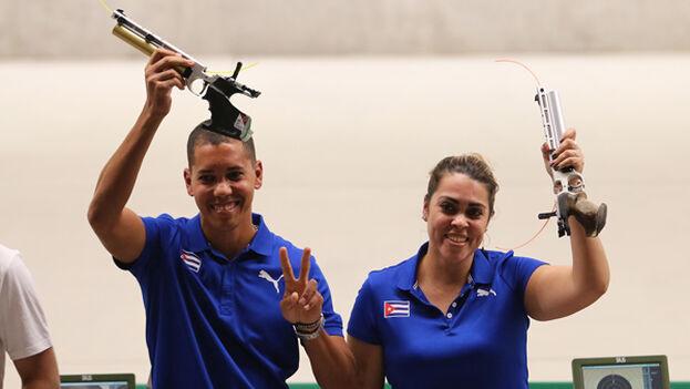 Después de aportar sus propias medallas individuales, Laina Pérez y Jorge Felix Grau lograron otra presea dorada en tiro con pistola aire a 10 metros mixto. (Mónica Ramírez / Jit)