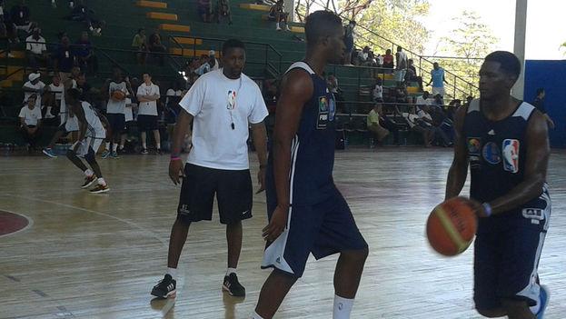 Dikembe Mutombo supervisa a dos jugadores de la selección cubana. (14ymedio)