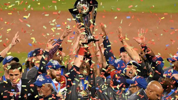 EE UU celebra su título en el Clásico Mundial tras vencer 8-0 a Puerto Rico. (EFE)