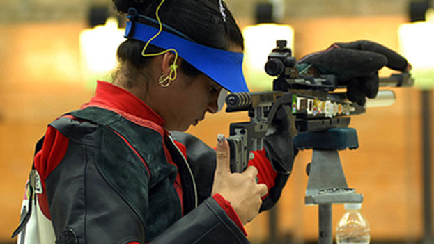 Eglys de la Cruz practicando el tiro. (Cuba Sports Blog)