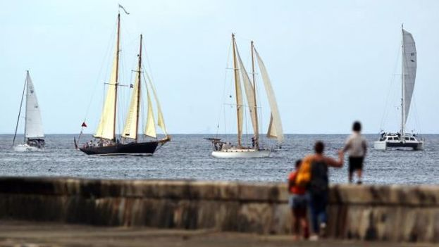 """Embarcaciones procedentes de La Florida surcan las aguas del litoral de La Habana, durante la regata """"Copa Castillo del Morro"""", organizada por el Club Náutico de la Marina Hemingway. (EFE)"""