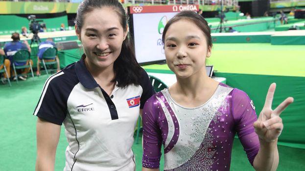 Las gimnastas Lee Eun-ju, de Corea del Sur, y Hong Un-jong, de Corea del Norte, duante los Juegos Olímpicos de Río 2016. (EFE)