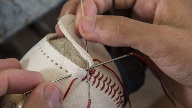 La Federación Cubana de Béisbol protesta por la falta de materiales para fabricar sus pelotas. (La Jiribilla)