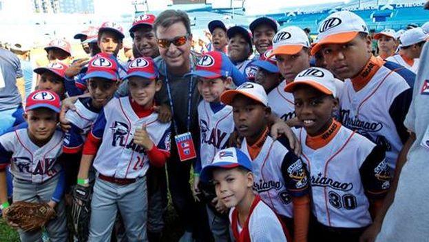 El vicepresidente de la Federación Internacional de Béisbol, Antonio Castro Soto del Valle, hijo de Fidel Castro, durante una clase práctica de beisbolistas de las Grandes Ligas a niños cubanos este miércoles en La Habana. (EFE/Ernesto Mastrascusa)